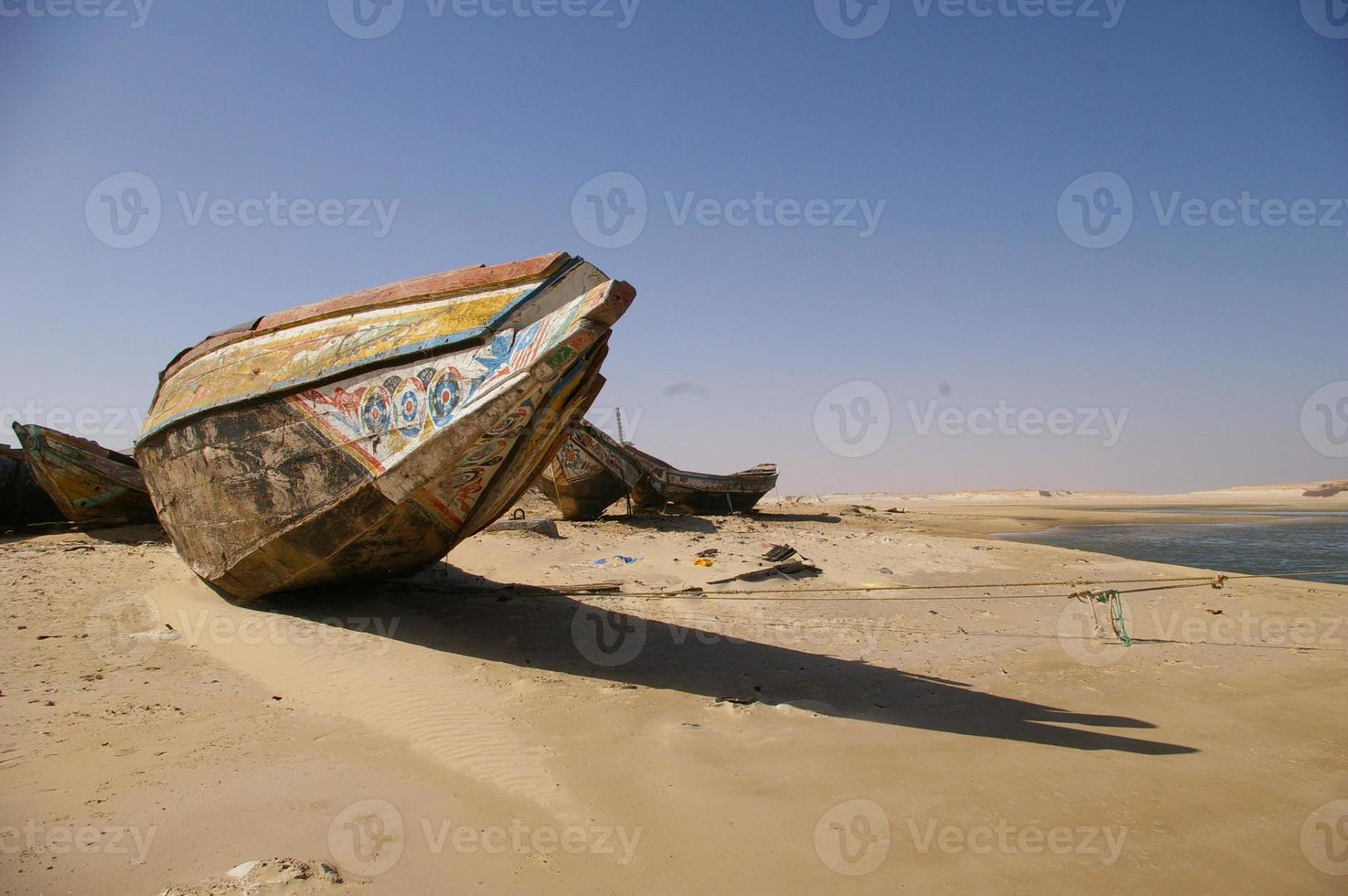 mauritanisches Fischerboot auf einer Wüste foto