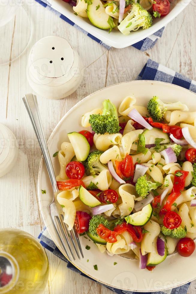 gesunder hausgemachter Nudelsalat foto