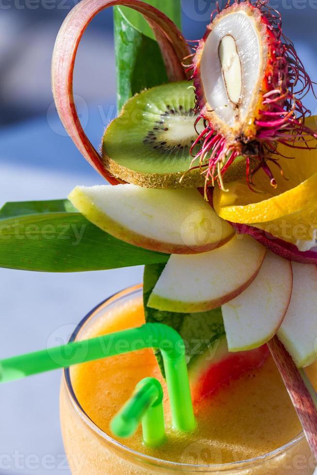 Nahaufnahme des Getränks mit Wassermelone und frischen Früchten foto
