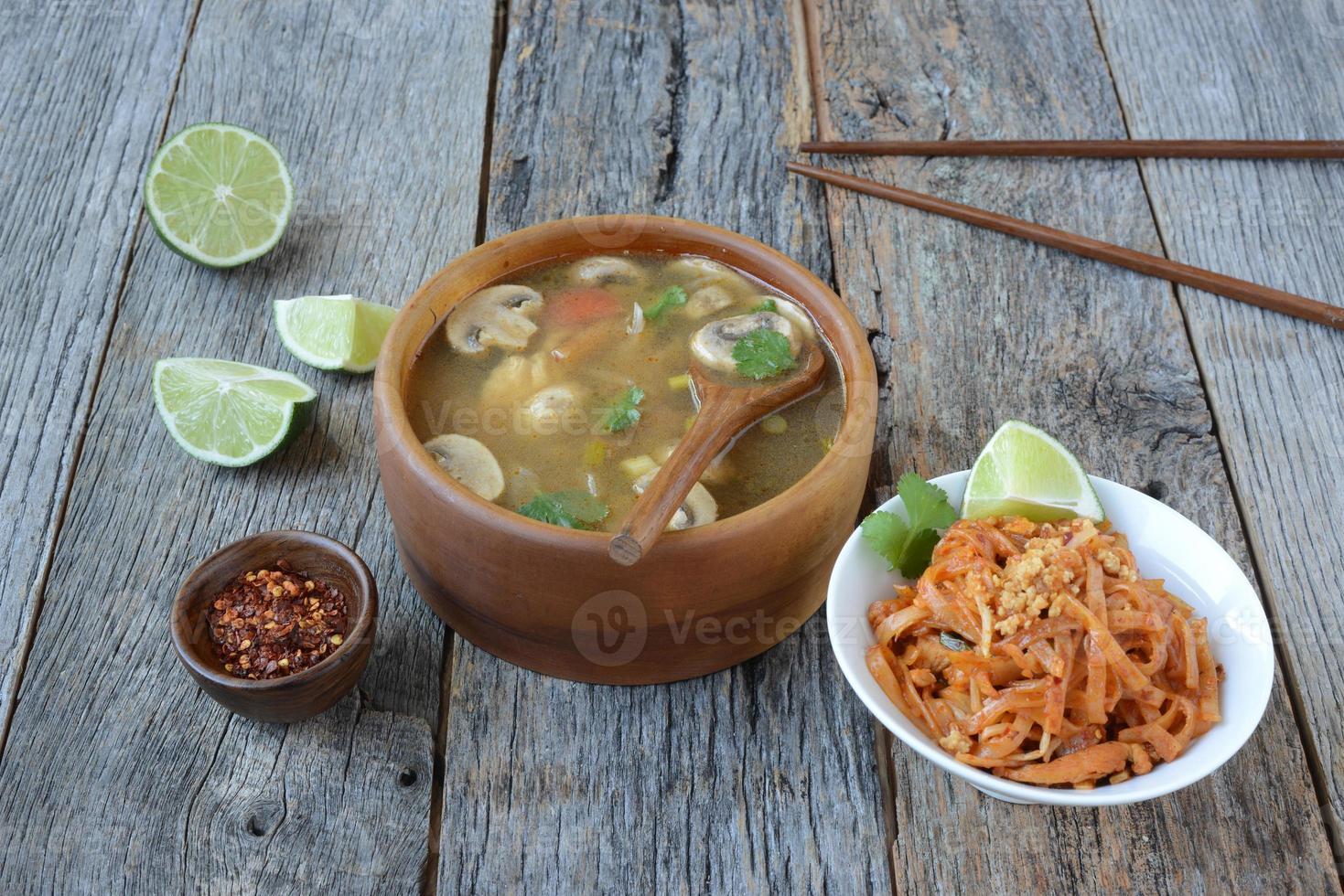Tom Yum und Thai-Nudeln (thailändische Küche) foto