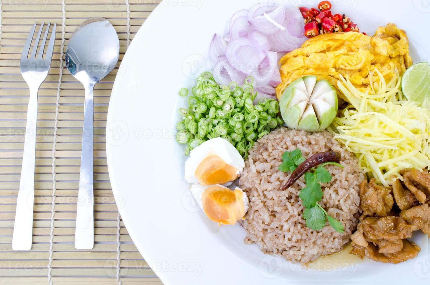 Braten Sie Reis mit der Garnelenpaste, thailändischem Essen foto