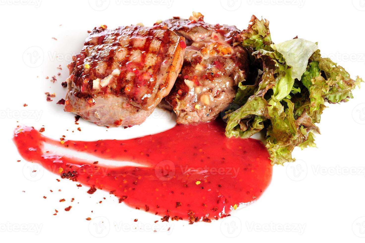 Gegrillte Steaks und Gemüsesalat foto