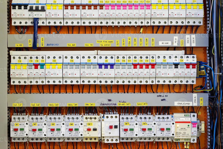 Bedienfeld mit statischen Energiezählern und Leistungsschaltern (Sicherung) foto