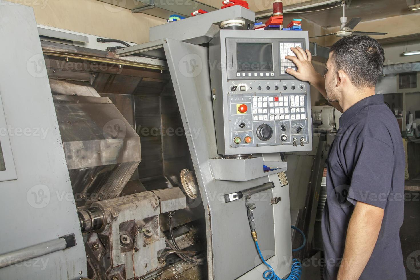 Bediener-Setup CNC-Drehmaschine foto
