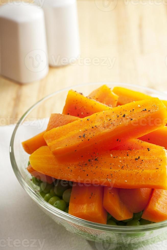 Karotten und Erbsen gekocht gekocht gedämpft foto