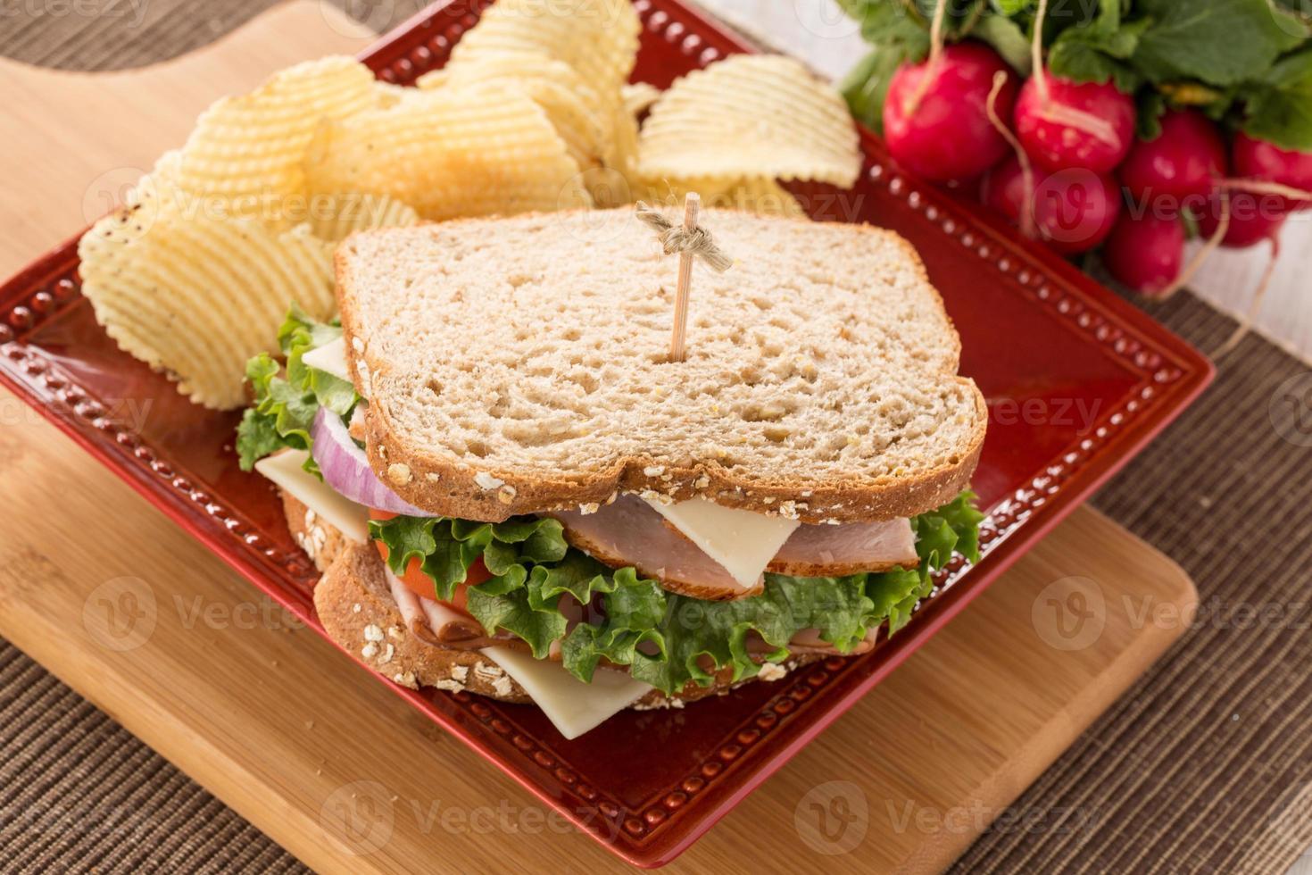 Schinken-Puten-Sandwich zum Mittagessen mit Kartoffelchips foto