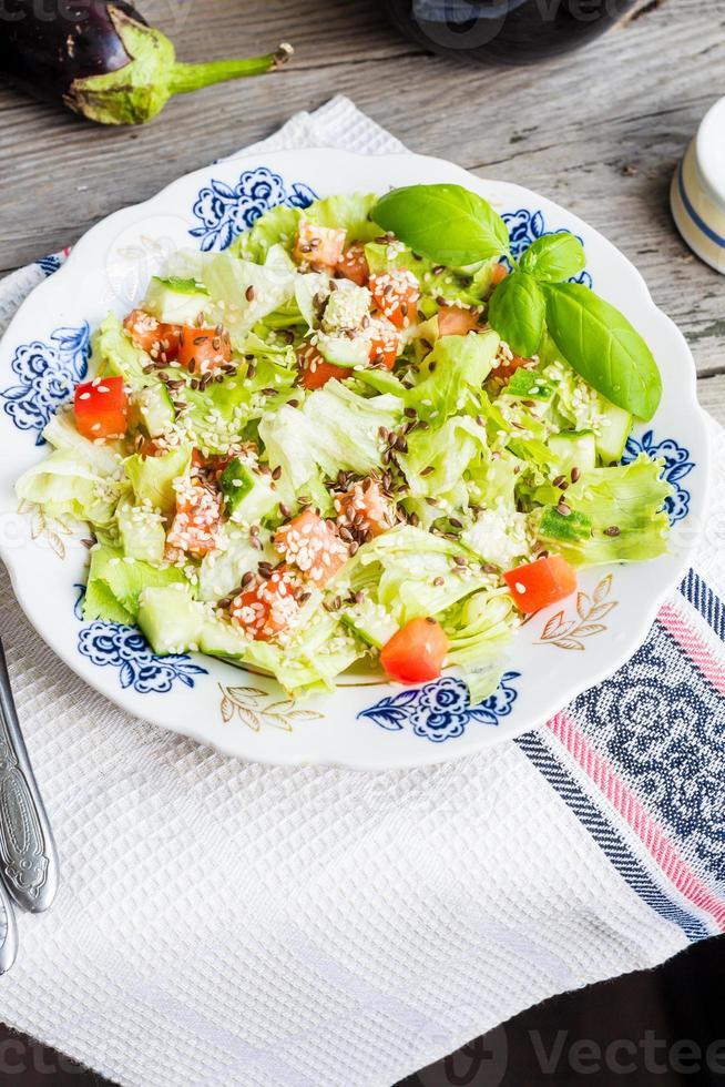 frischer Gemüsesalat mit Tomaten, Auberginen, Sesam und Flachs foto