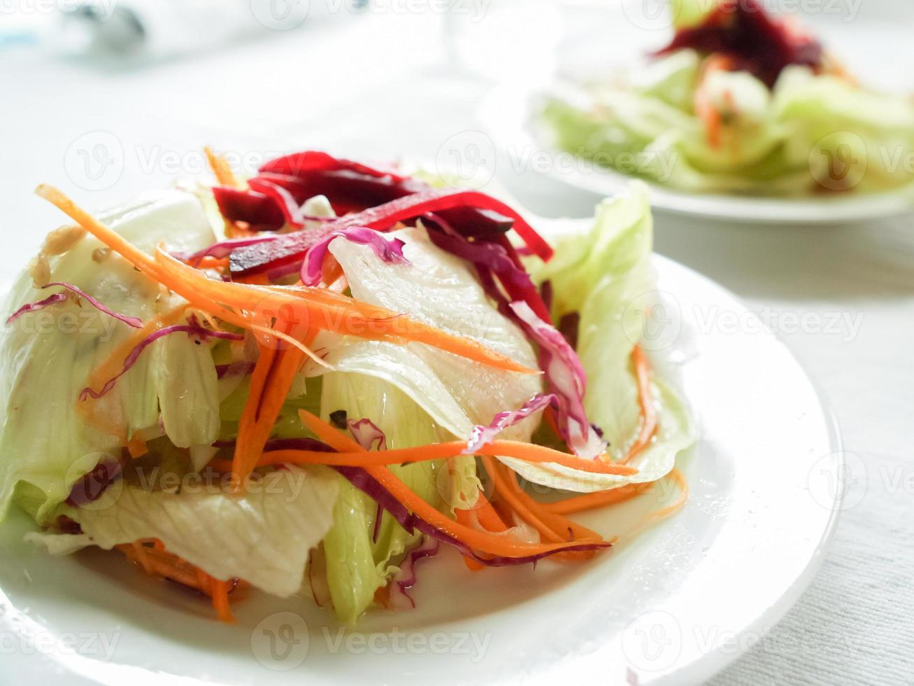 Gegrilltes Fleischsteak und Beilagensalat, Reis, Mais foto