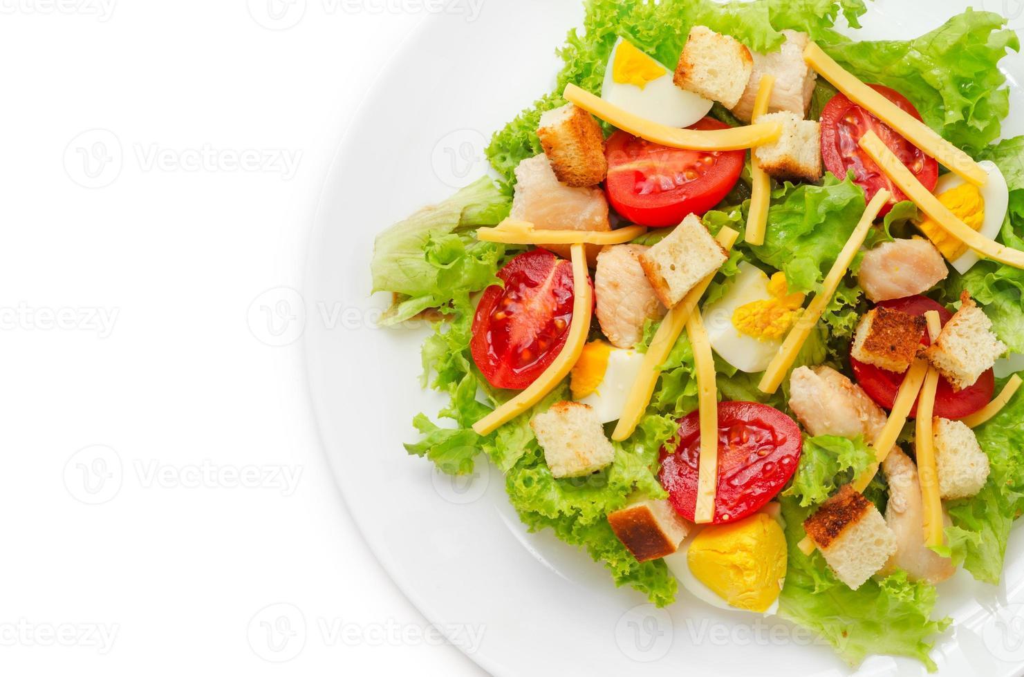 klassischer Hühnchen-Caesar-Salat foto