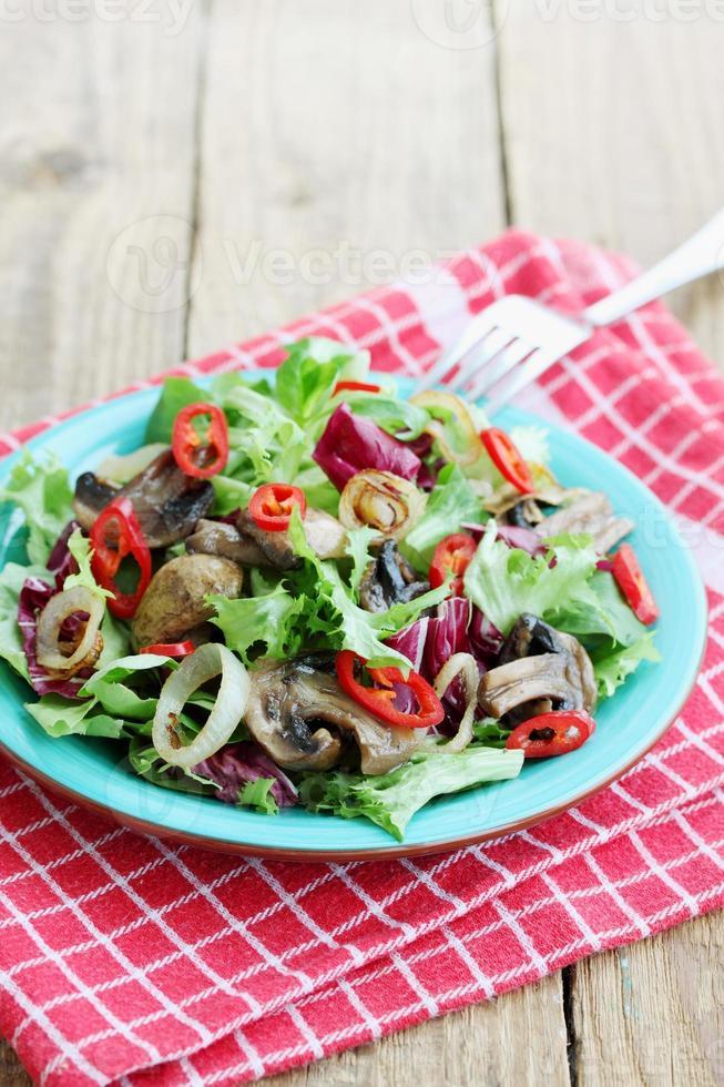 Salat mit gebratenen Pilzen foto