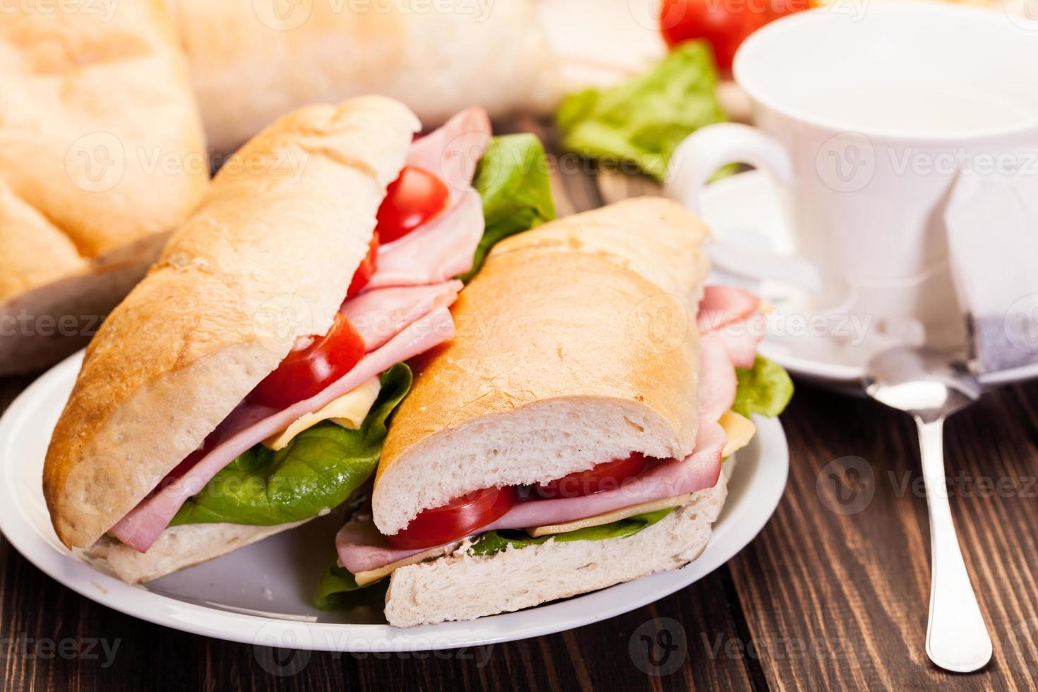 Panini-Sandwich mit Schinken, Käse und Tomate foto