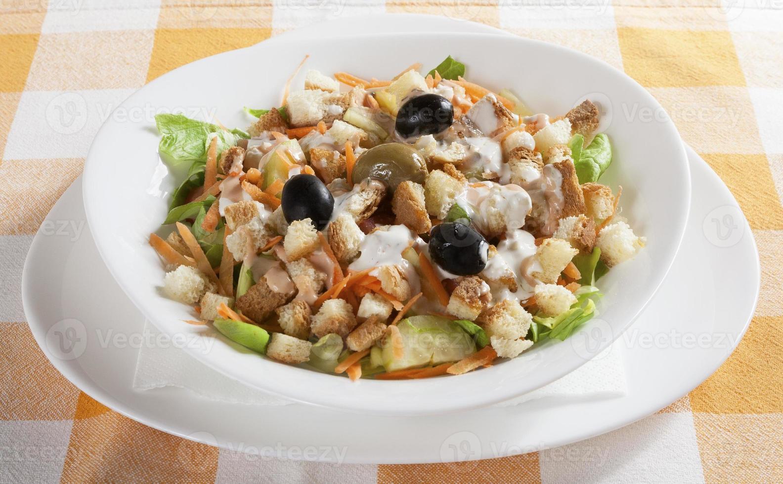 leckerer Salat auf dem Tisch serviert foto