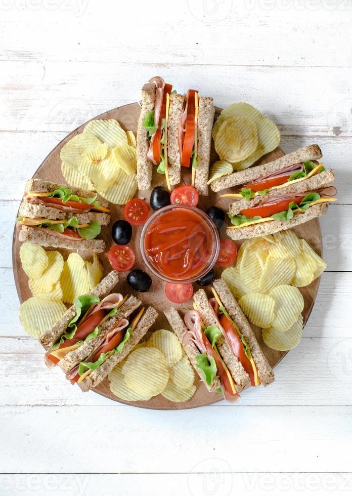 Club Sandwiches und Kartoffelchips foto