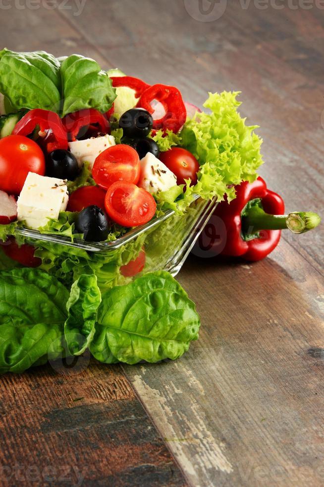 Gemüsesalatschüssel auf Küchentisch. ausgewogene Ernährung foto