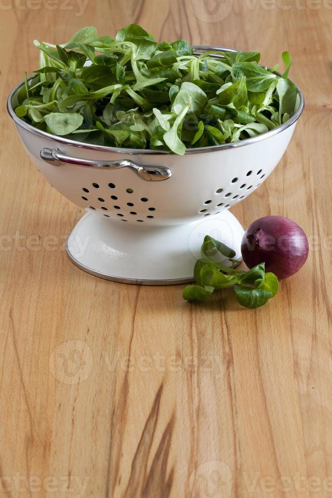 frischer Maissalat und rote Zwiebel foto