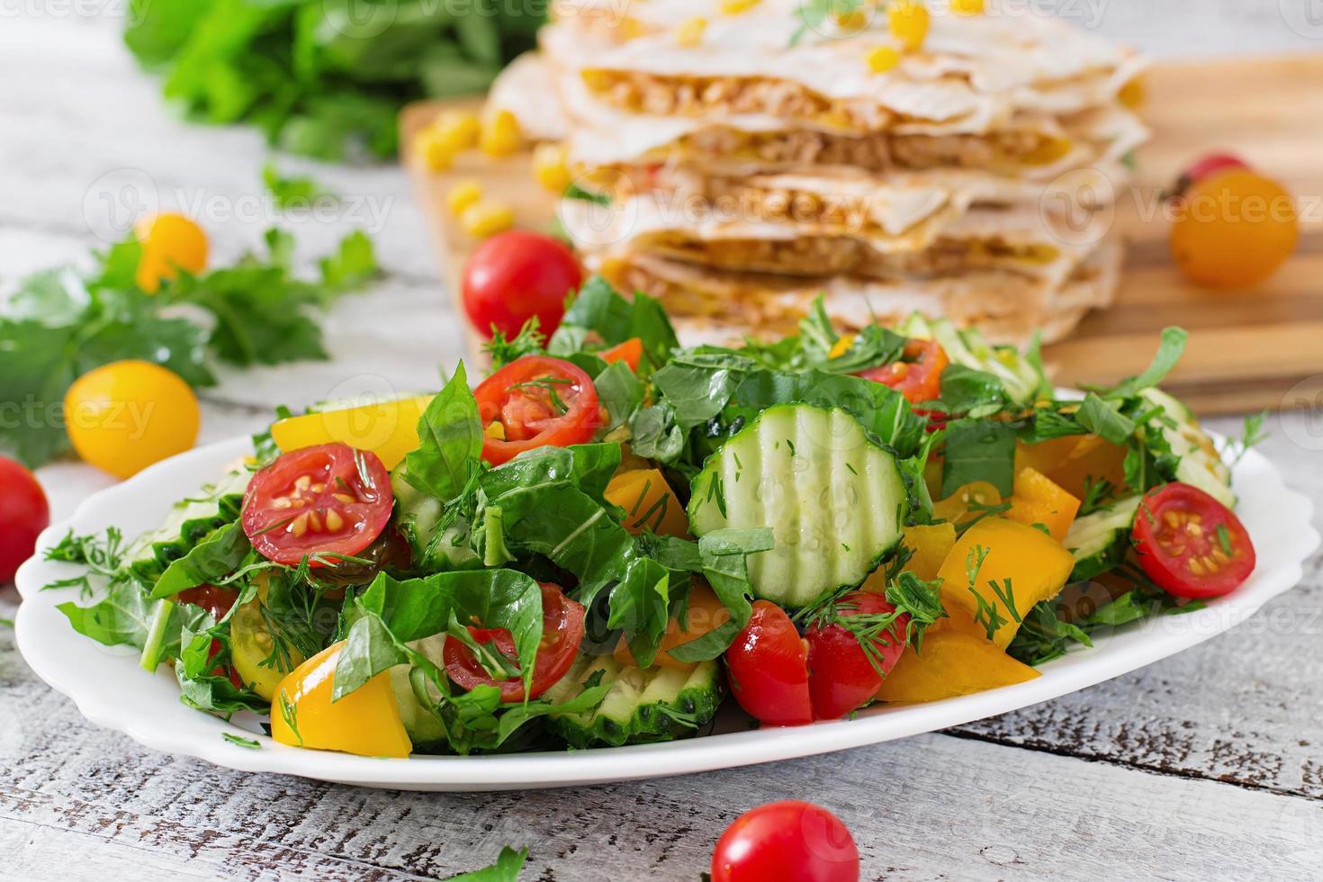frischer Salat aus Tomaten, Gurken, Paprika, Rucola und Dill foto