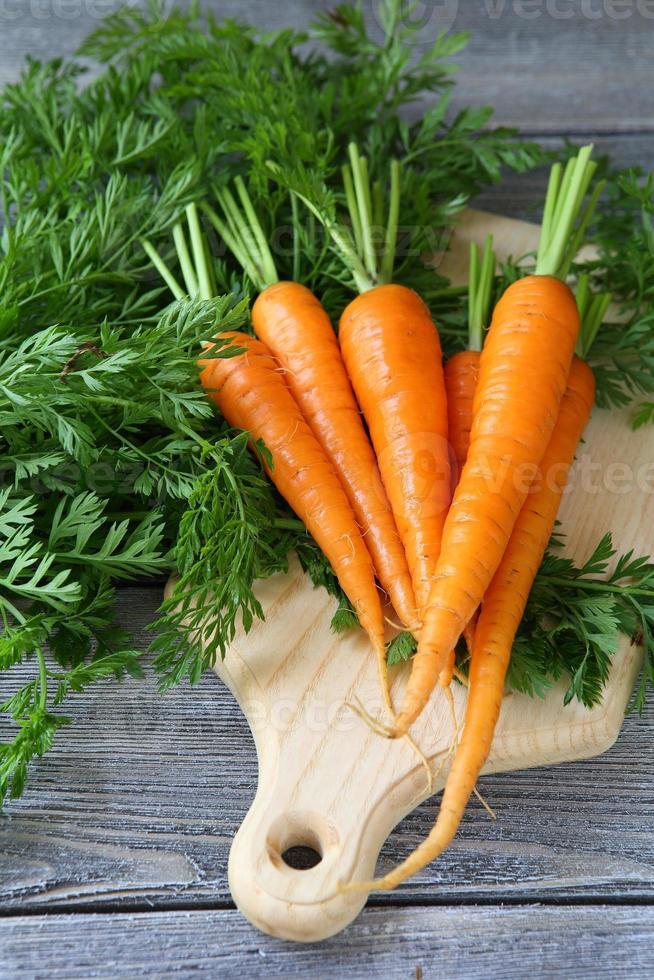 frische Karotten mit grünen Schwänzen foto