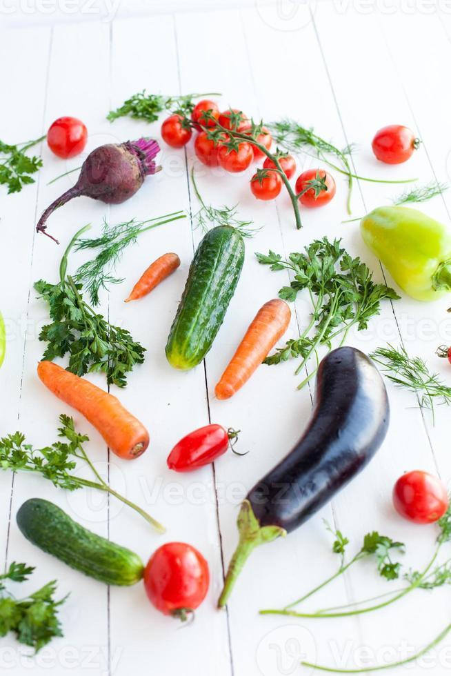 verschiedene rohe Gemüse auf Holztisch, selektiver Fokus foto