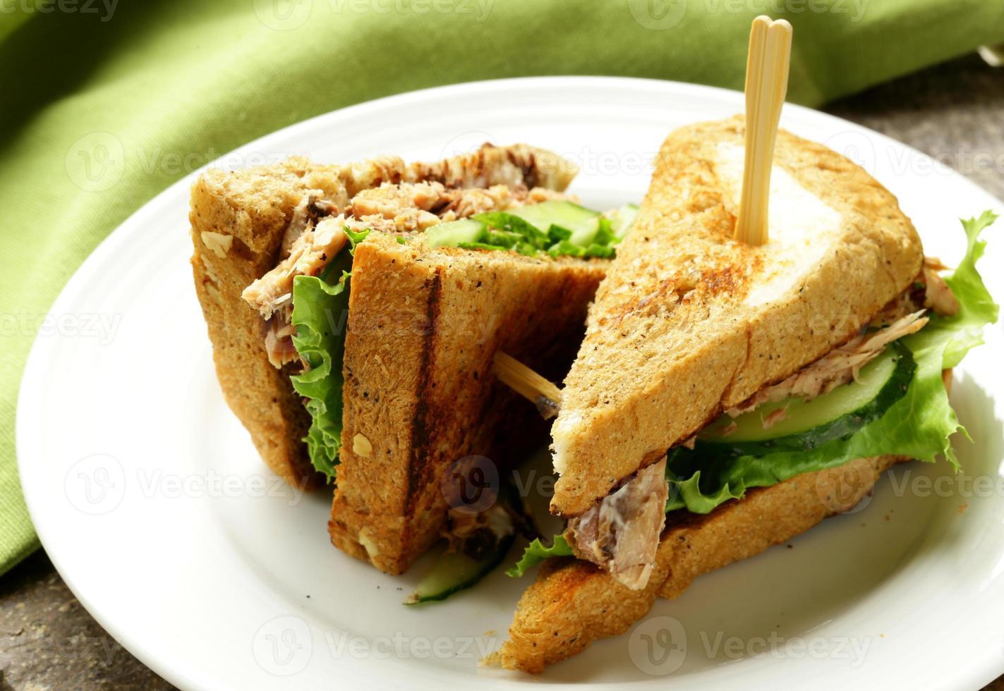 Thunfischsandwich mit Gurke und Salat foto