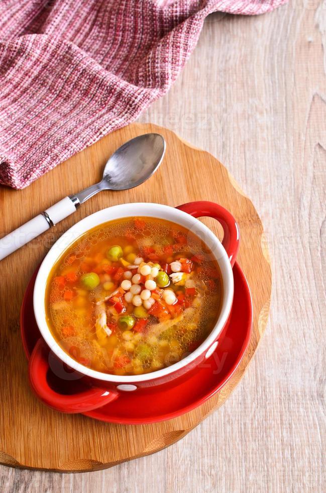 Suppe mit kleinen Nudeln und Gemüse foto