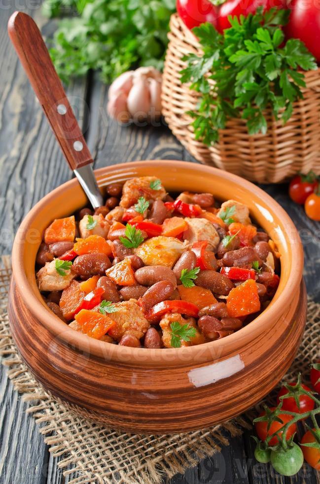 Gemüseeintopf mit Hühnchen und Bohnen foto