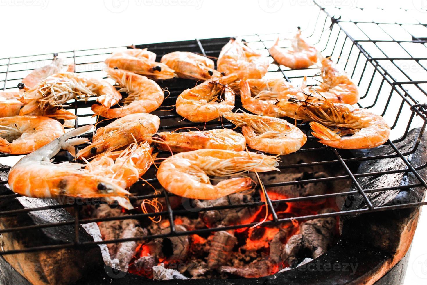 Meeresfrüchte köstliche gegrillte Garnelen, Garnelen mit heißen Flammen im Hintergrund foto