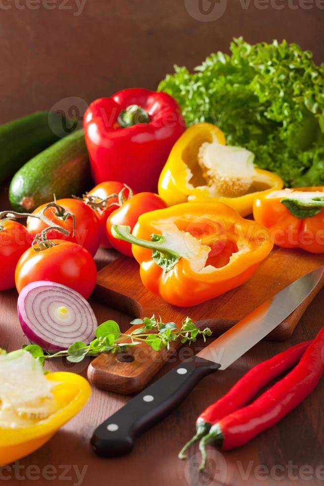 Hacken von gesundem Gemüse Pfeffer Tomatensalat Zwiebel Chili auf r foto