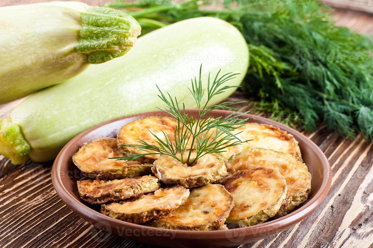 grüne Zucchini auf einem alten Holzbrett foto