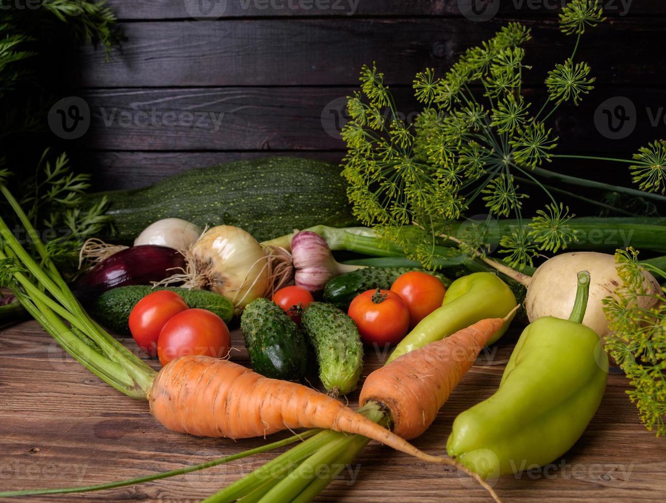 frisches Gemüse auf einem Holztisch. foto
