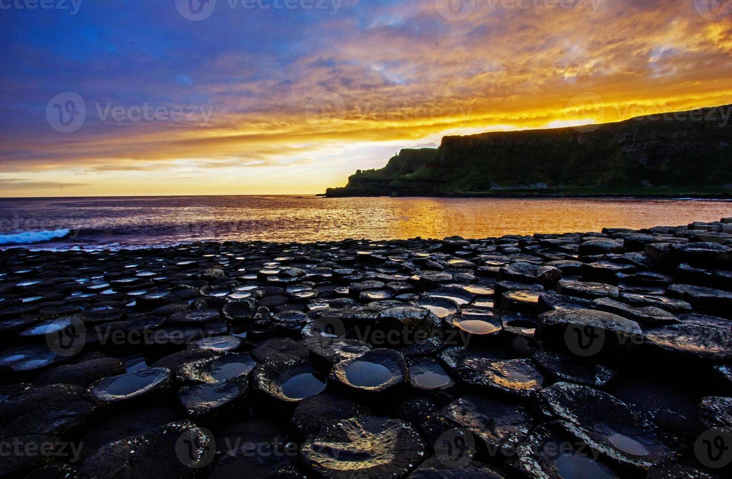 Sonnenaufgang auf den Felsen foto