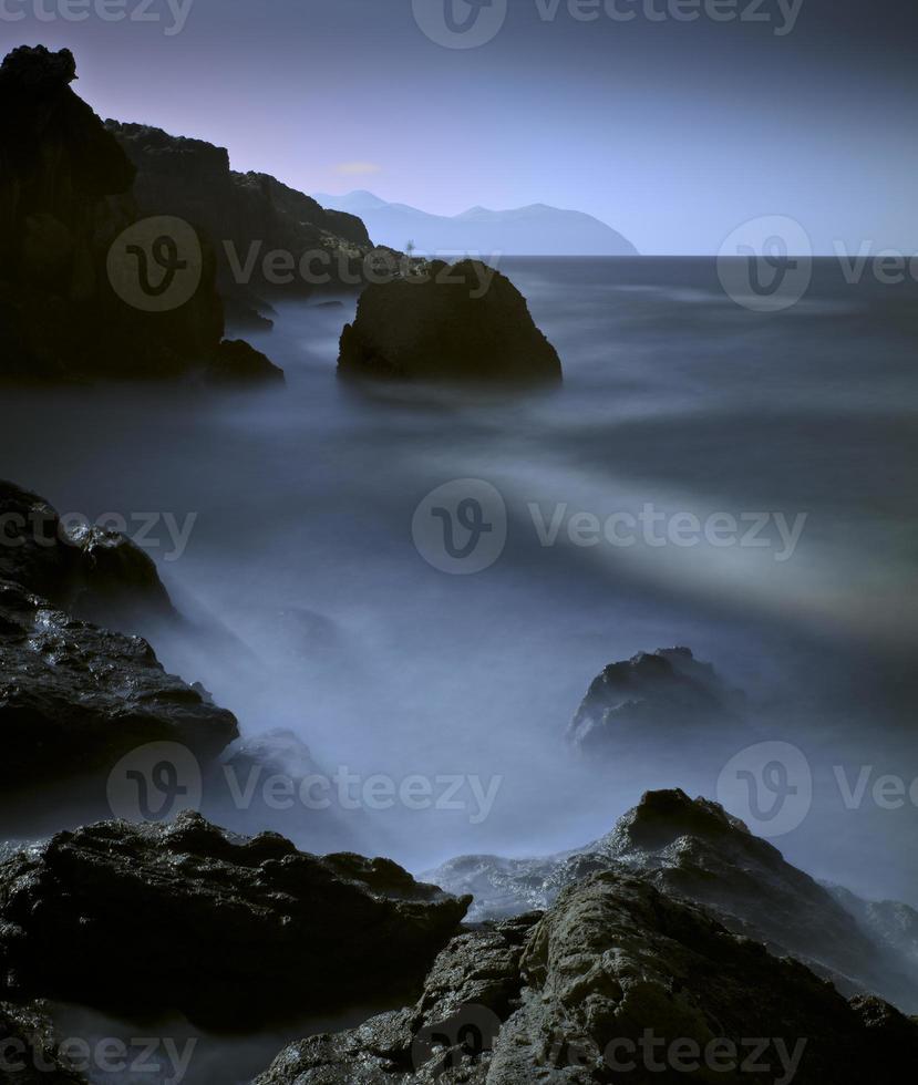 Landschaft aus Felsen und Wasser foto