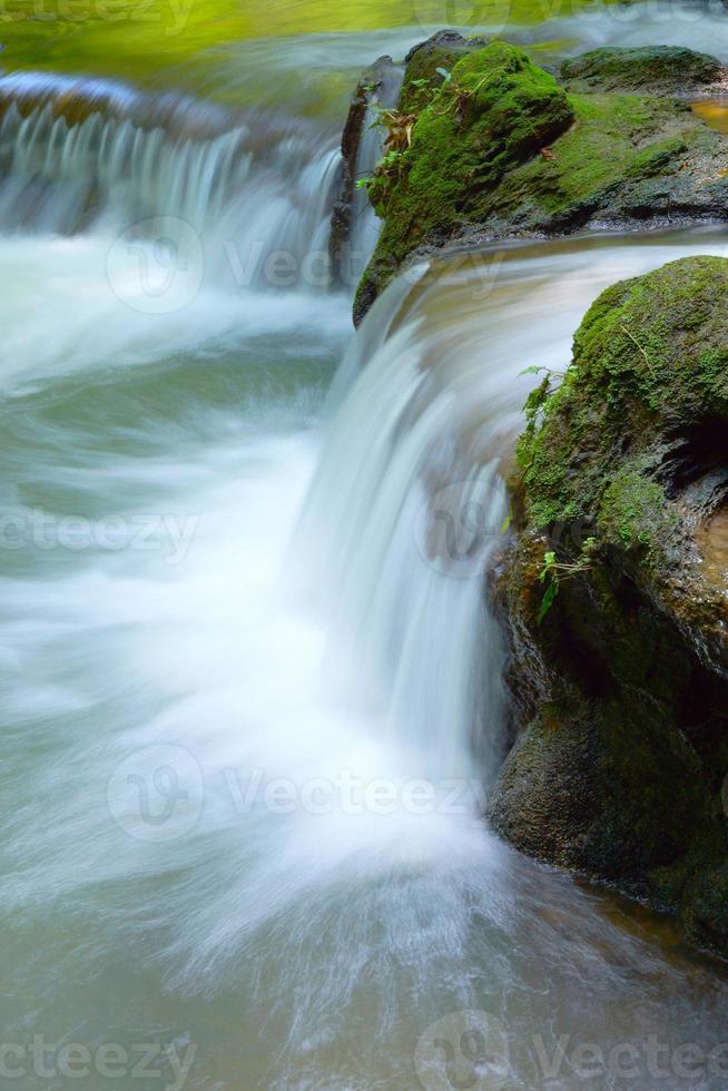 der kleine Wasserfall und Felsen foto