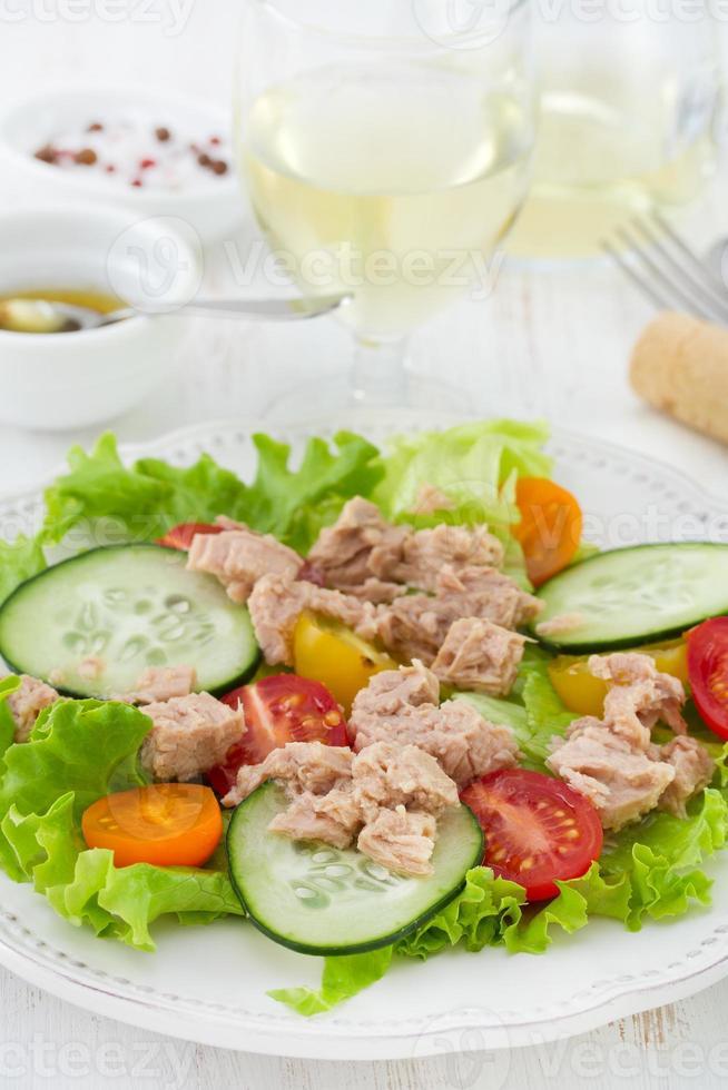 Salat mit Fisch auf dem Teller foto