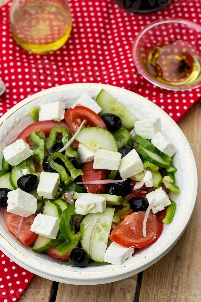 Griechischer Salat bulgarischer Salat mit Sommergemüse, Oliven und Feta foto