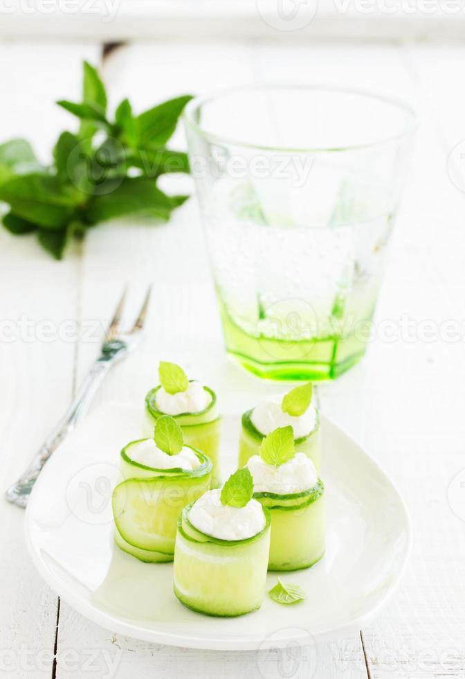 Gurkenröllchen mit Quark und Joghurt mit Minze. foto