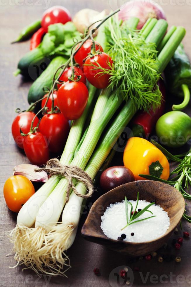frische Frühlingszwiebeln und Gemüse foto