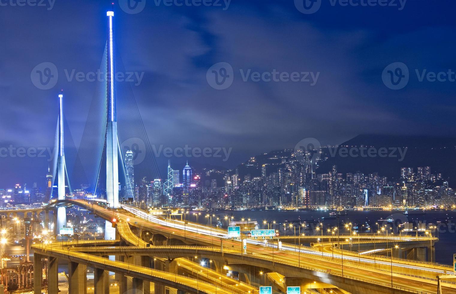 Autobahn in der Stadt in der Nacht foto