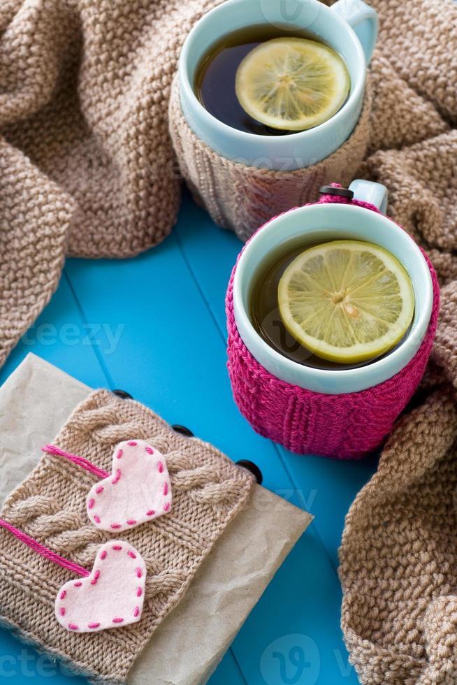zwei blaue Tasse Tee in Strickpullover mit Herzen foto