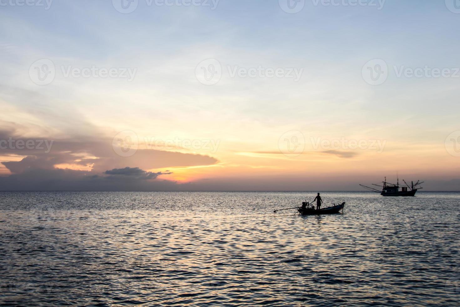 Langschwanzboot und Sonnenuntergang auf See, Koh Phangan, Surat Thani foto