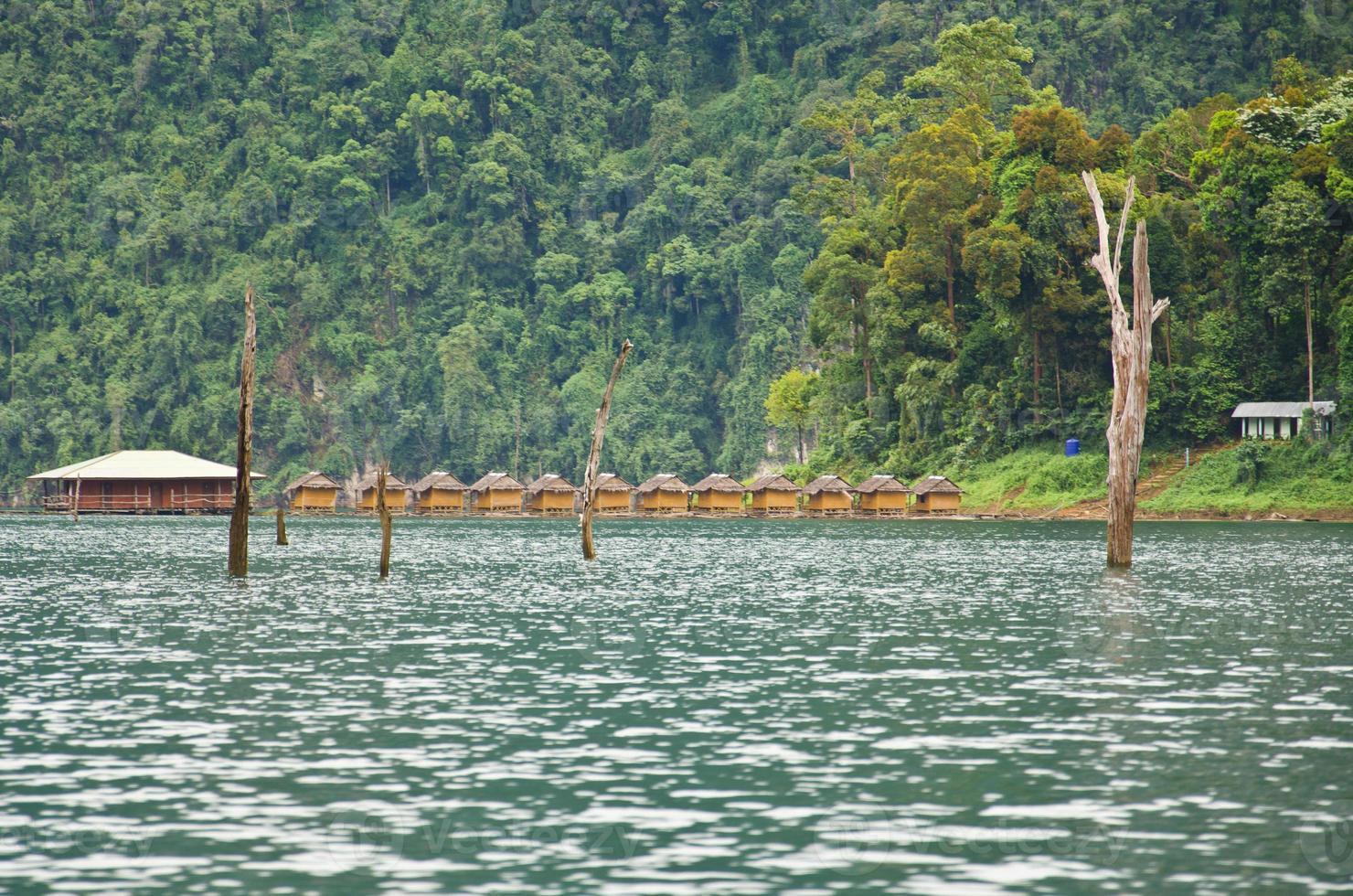 schöner Berg umgeben von Wasser, natürliche Attraktionen in r foto