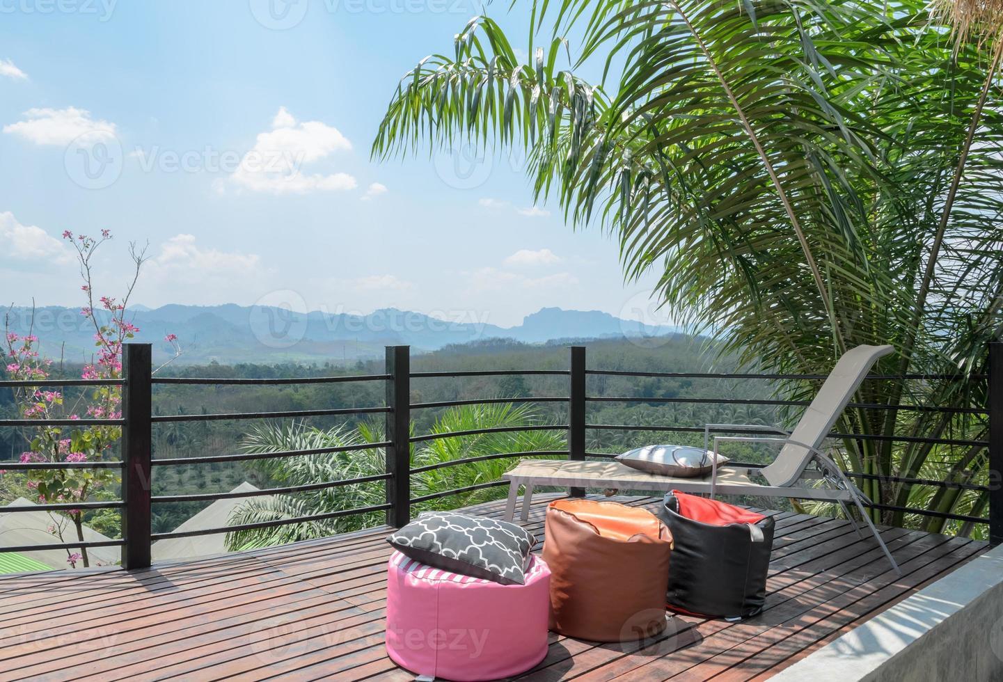 Außenterrasse mit Blick auf die Berge in Thailand foto