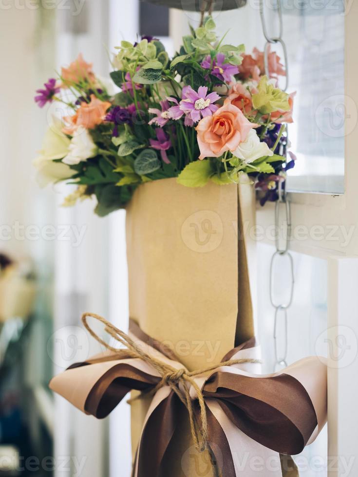 Strauß bunter Blumen in brauner Papierumhüllung foto