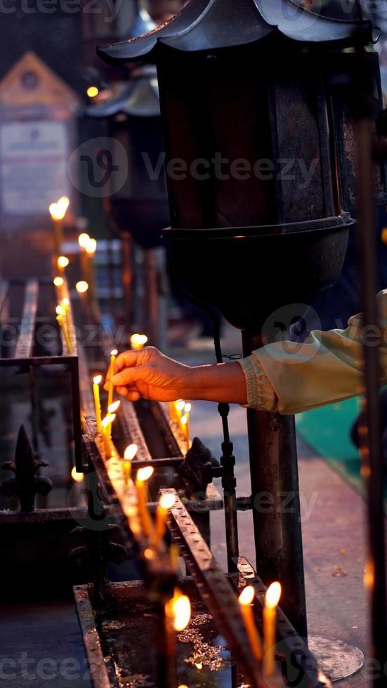 Hand brennende Kerze foto