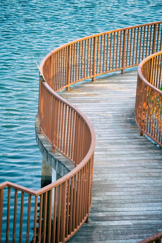 Holzbrücke auf dem Wasser foto