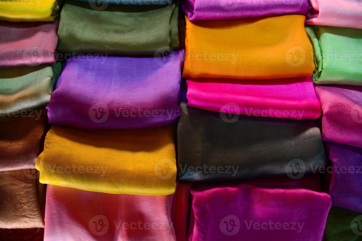 In Inle Lake werden traditionelle Kleidungsstücke aus Seide verkauft foto