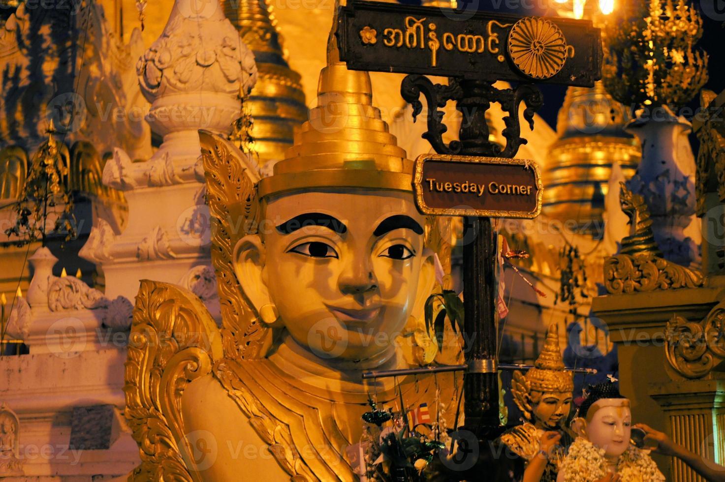 Buddha-Statue bei Shwedagon, Yangon, Burma foto