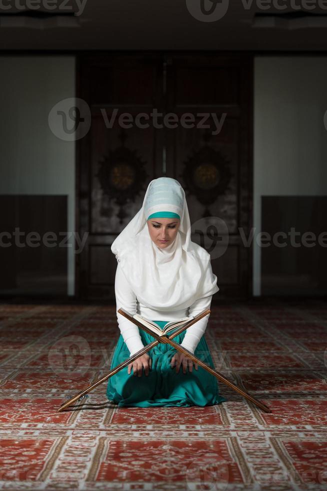 muslimische Frau liest den Koran foto
