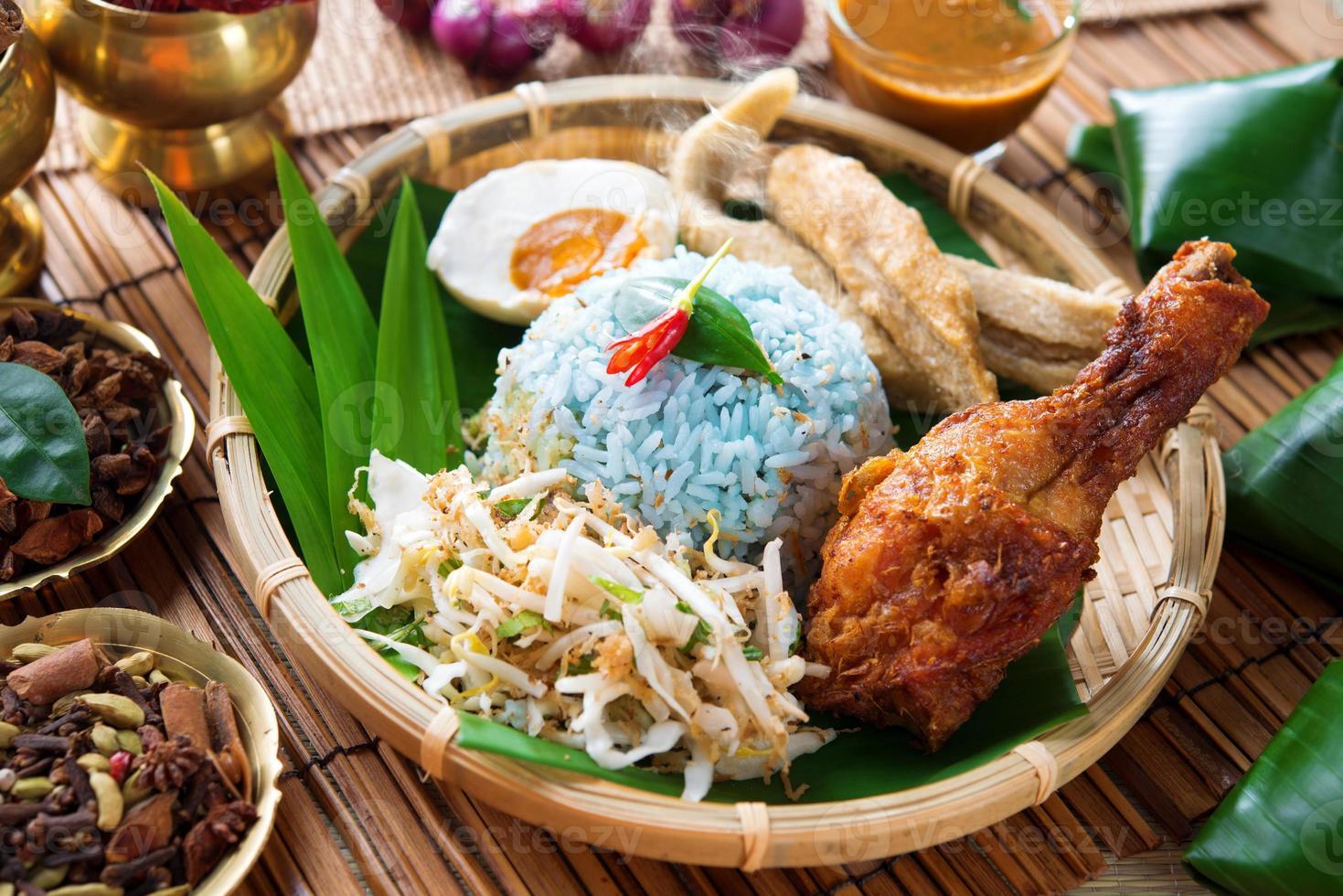 Nasi Kerabu oder Ulam foto
