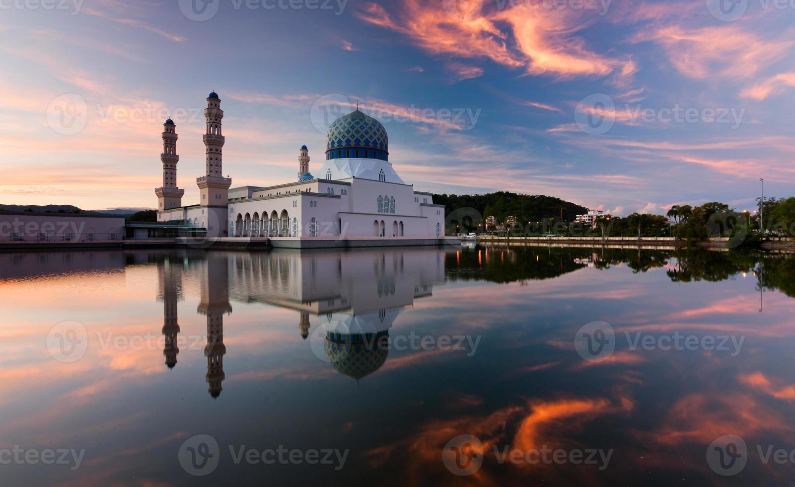 Reflexion der Kota Kinabalu Stadtmoschee bei Sonnenaufgang foto