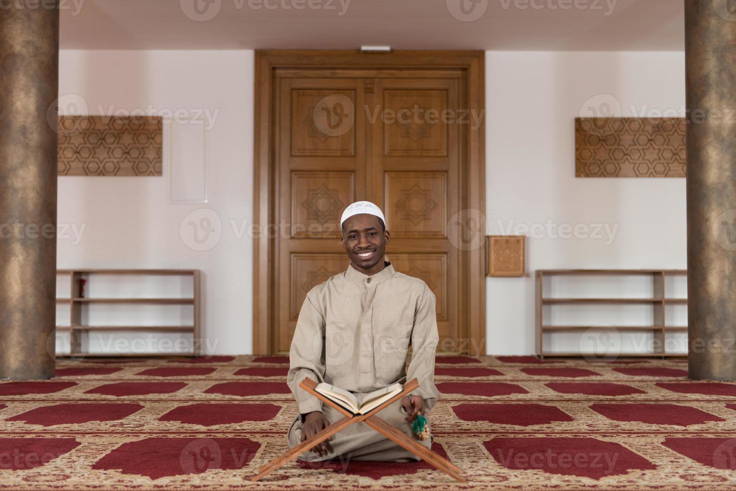 Porträt des jungen muslimischen Mannes lächelnd foto